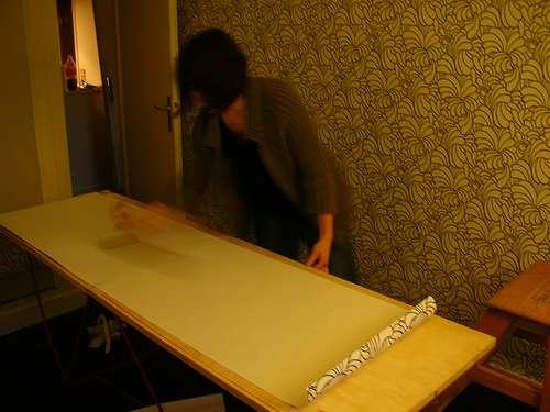 Apprenez comment poser du papier peint au plafond. © Guigui les Bons skeudis, Flickr, CC BY 2.0