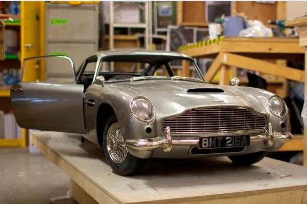 Une fois terminée, la maquette de l'Aston Martin DB5 entretient parfaitement l'illusion, jusqu'aux mitrailleuses qui viennent se loger derrière les feux clignotants avant. © Propshop Modelmakers Ltd