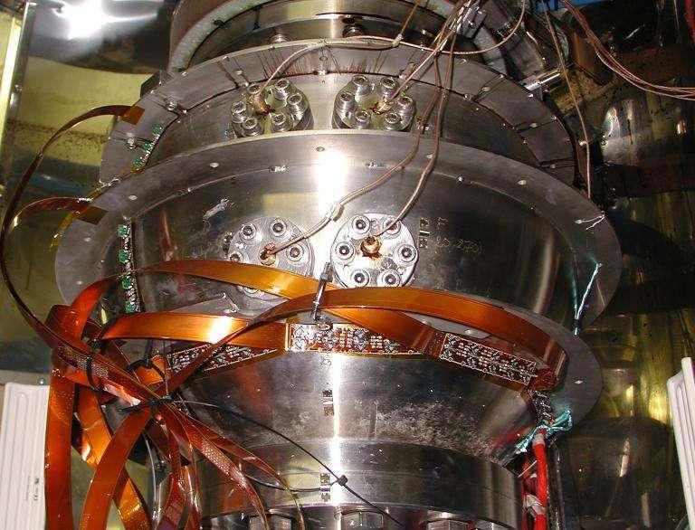 Image du dispositif « Derviche Tourneur Sodium ». La sphère externe en acier inox (au centre de l'image) renferme une sphère interne (ou graine) en cuivre, plus petite. Entre les deux se trouvent 40 litres de sodium liquide. Le rapport des rayons des deux sphères est identique à celui entre la graine et la limite noyau-manteau de la Terre. Le sodium représente donc par analogie le noyau fluide. © 2014 OSUG, Cnrs
