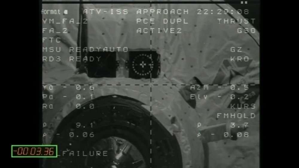 L'ATV-3 Edoardo Amaldi dans les dernières minutes avant l'amarrage, filmé depuis l'ISS et vu sur l'écran de contrôle. La vitesse relative des deux engins est alors de 7 cm/s, soit 250 m/h. Durant le dernier mètre, la procédure devient totalement automatique, entrant en mode « hands off », c'est-à-dire « sans les mains ». Il n'y a alors plus aucun moyen d'intervenir pour l'équipage ou les équipes de contrôle. © Cnes