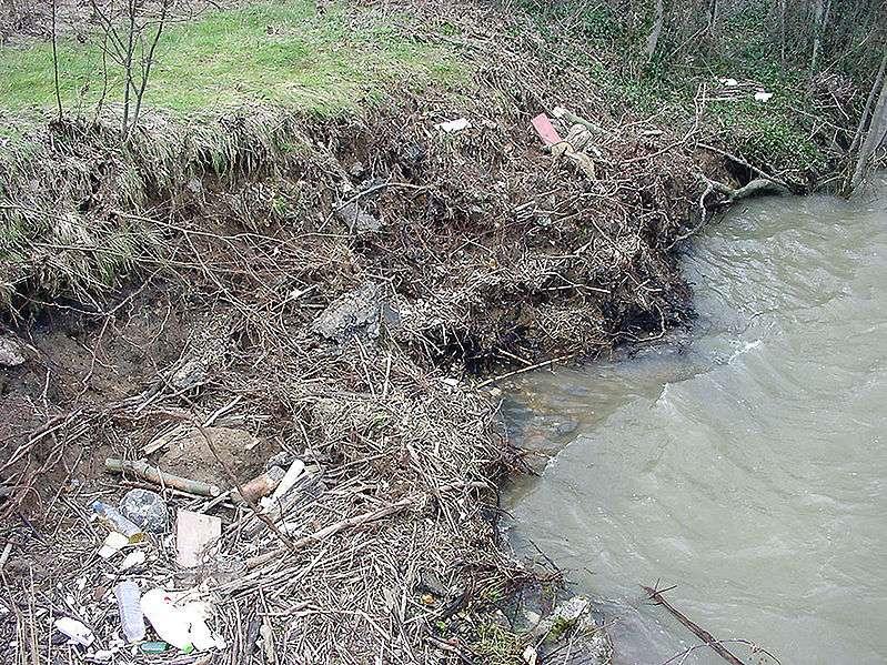 Affouillement d'une berge après une décrue. © F. Lamiot, Wikimedia CC by 3.0