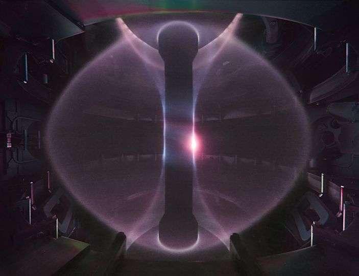 Le tokamak Mast Upgrade va notamment tester différentes configurations de divertors, le dispositif qui sert à séparer les déchets du plasma lui-même (déchets métalliques issus de la paroi interne du tore érodée par le flux de plasma et d'hélium, produits de la réaction de fusion nucléaire). © CCFE