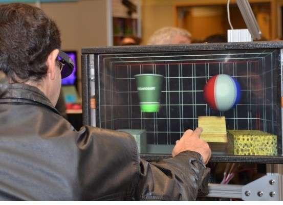 Pour faire la démonstration de leur technologie à retour d'effet, les ingénieurs de Microsoft Research ont développé un petit jeu qui consiste à manipuler cinq objets représentant la pierre, le bois, l'éponge, un ballon et un gobelet. La sensation tactile est censée reproduire la résistance et le mouvement pour chaque matière et forme. © Microsoft