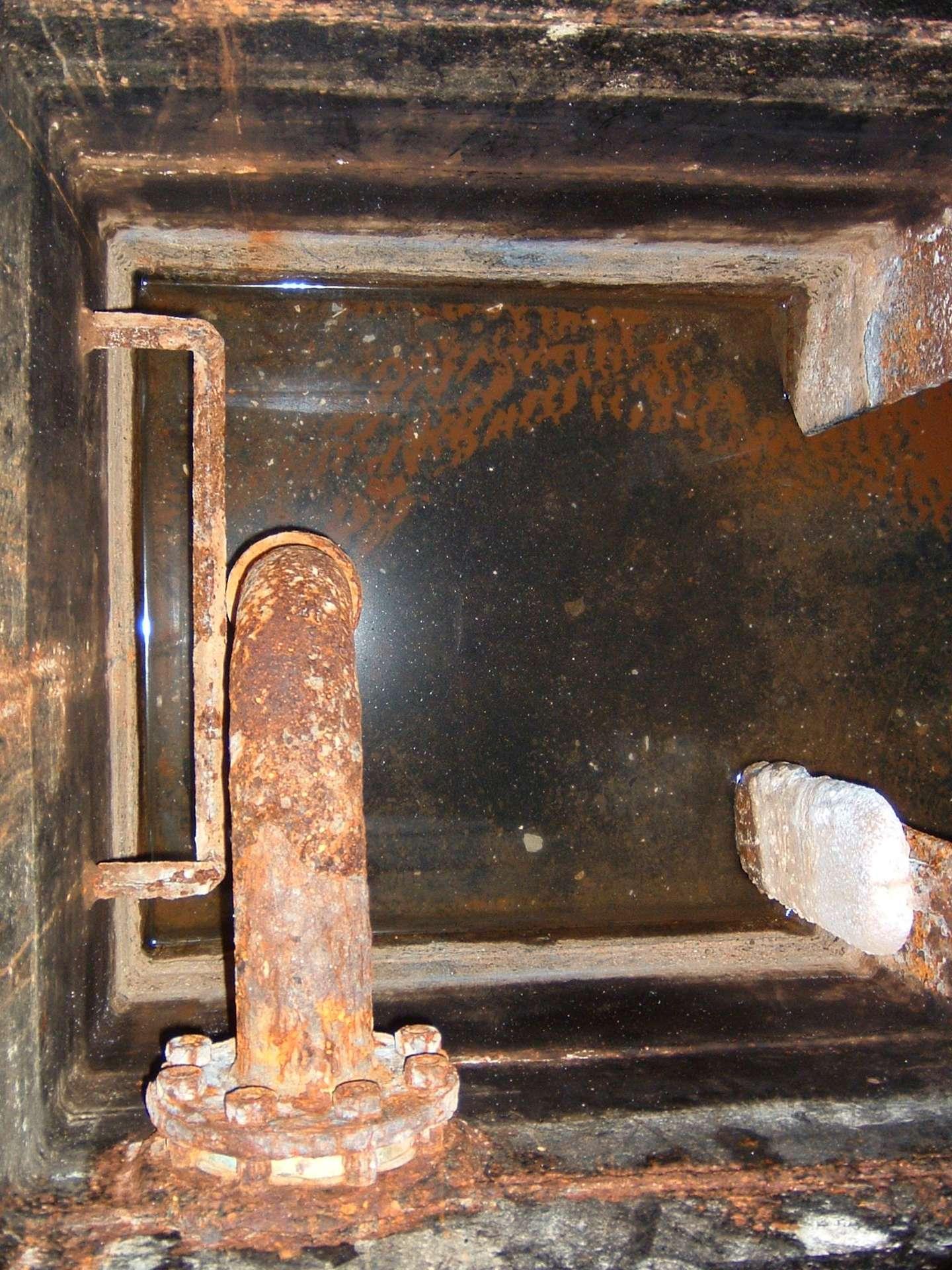 Un puisard est une excavation dont le but est de recueillir l'eau. Ici un puisard de cale. © Clipper, CC BY 2.5, Wikipedia Commons