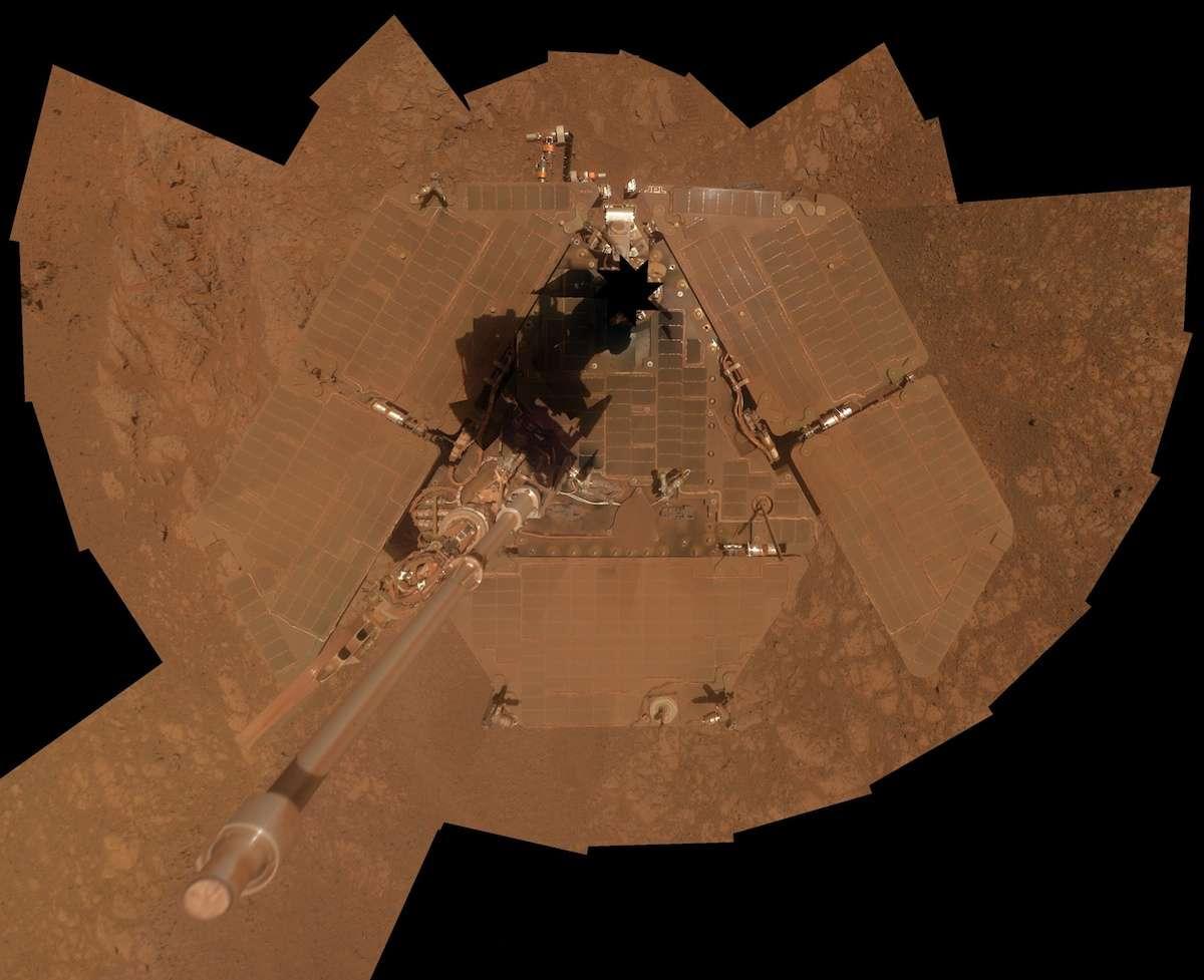 Autoportrait du rover Opportunity capturé entre le 3 et le 6 janvier 2014, presque dix ans jour pour après son arrivée sur Mars, avec sa caméra panoramique (PanCam). Quelques jours auparavant, les alizés ont balayé la poussière accumulée sur ses panneaux solaires. © Nasa, JPL-Caltech, université Cornell, université d'État de l'Arizona