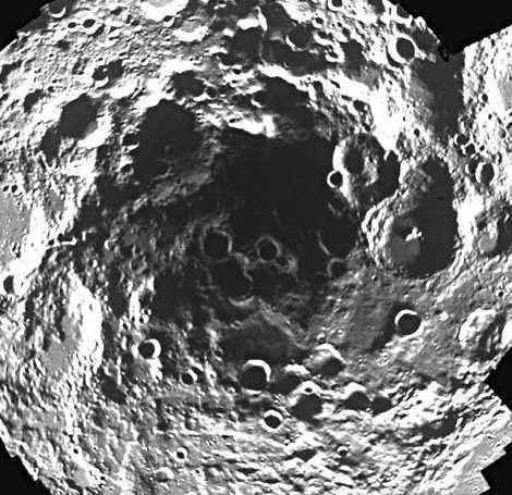 Le pôle sud lunaire et le cratère Shackleton vus par la mission Clementine. Cette zone était, jusqu'il y a peu, suspectée de renfermer une forte concentration d'eau.