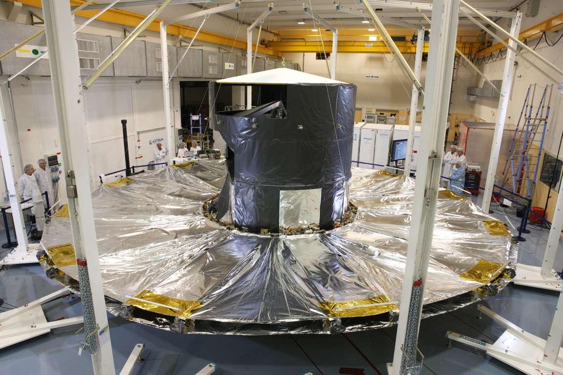 Le pare-soleil du satellite Gaia protégera les instruments du rayonnement solaire. Il est ici déployé pour essai. © Astrium France