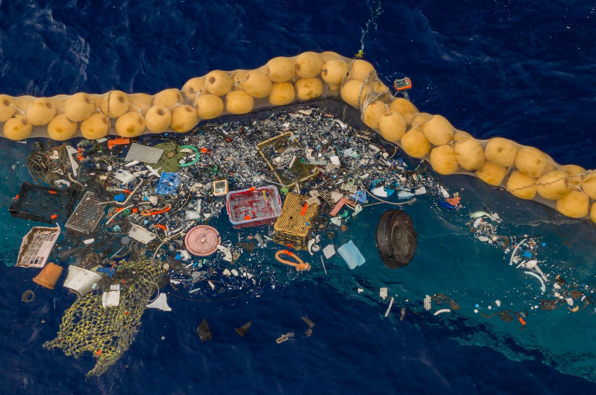 Le Système 001/B retient les déchets plastiques afin qu'ils soient récupérés et recyclés. © The Ocean CleanUp