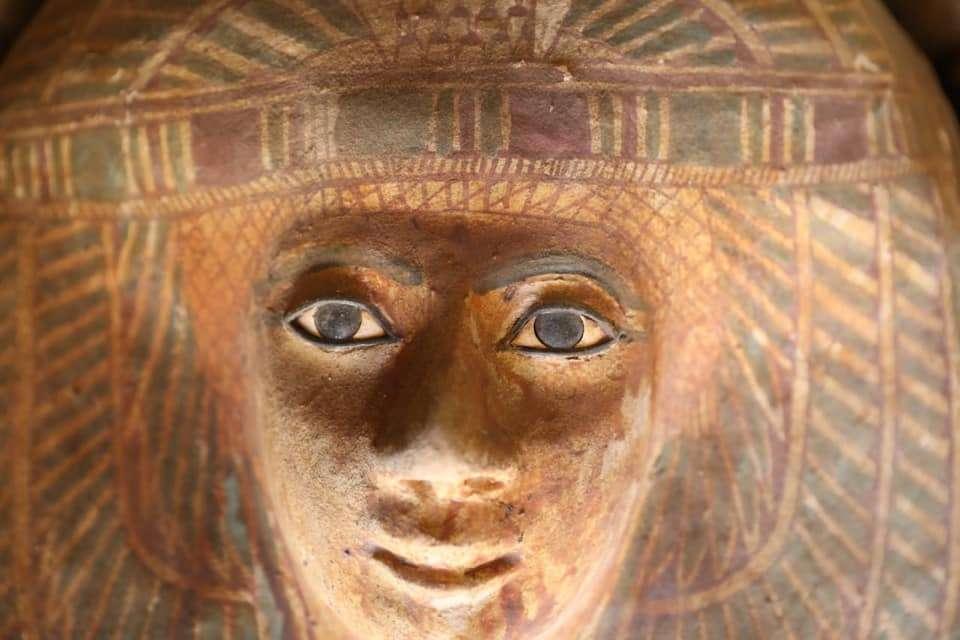 Un sarcophage en bois peint découvert dans un tombeau datant de l'Ancien Empire situé à proximité des pyramides de Gizeh. © Egyptian Ministry of Antiquities
