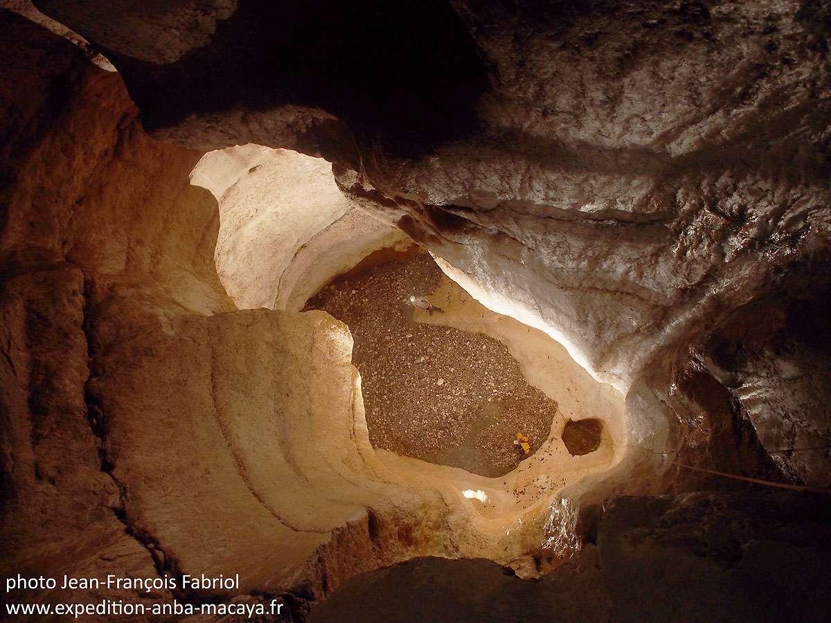 La première verticale à travers le calcaire tout en courbes du canyon Casse-cou. © Jean-François Fabriol
