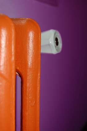 Radiateur peint en orange. © cylma