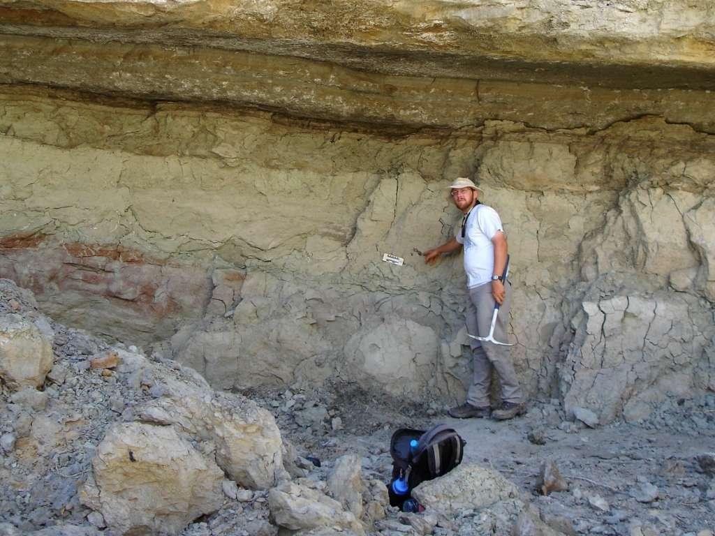 Andrew Farke pose sur le site où les restes de Dahalokely tokana ont été découverts. La formation géologique de Maevarano se trouve à proximité de la ville d'Antsiranana. © Andrew Farke, Joseph Sertich