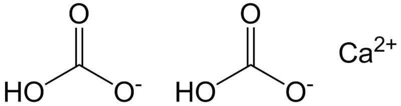 Molécule de bicarbonate de calcium en solution. Les ions bicarbonates sont indiqués avec le titre alcalimétrique complet. © Epop, Wikimedia domaine public