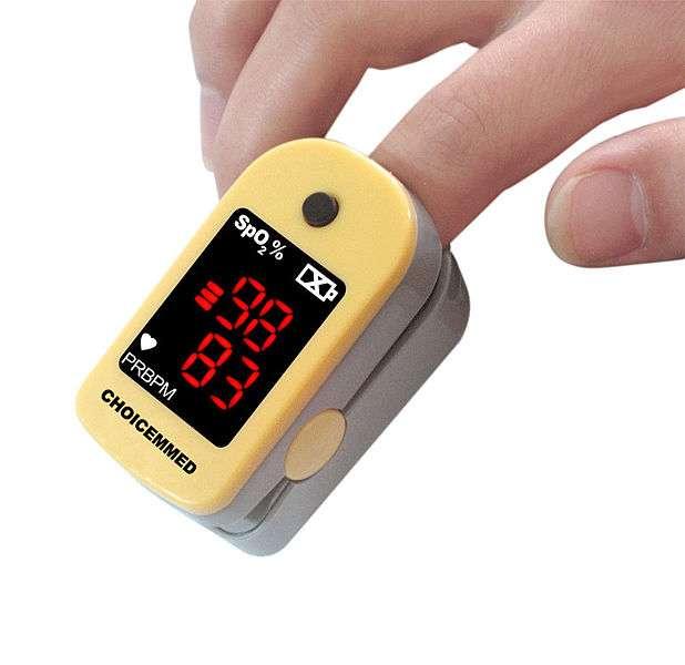 L'oxymètre de pouls peut être fixé à un doigt ou à une oreille. Il permet de mesurer rapidement la concentration d'oxygène dans le sang. © FingertipPulseOximeter, Wikimedia Commons, cc by sa 3.0