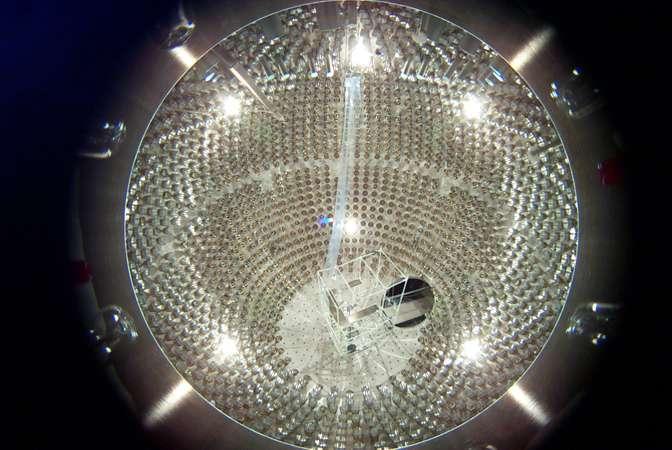Une photo de l'intérieur du détecteur Borexino lorsqu'il était en cours d'installation. Crédit : Virginia Polytechnic Institute & State University