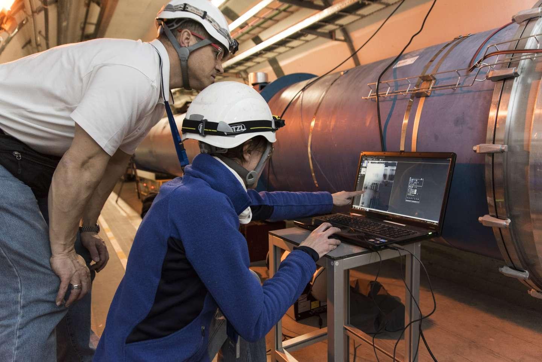 Fin mars 2015, les équipes du LHC ont réalisé différents tests pour identifier la cause d'un court-circuit vers la terre entre un aimant et sa diode de protection qui retardait le redémarrage du LHC. Le 25 mars, ils ont effectué des radiographies de la connexion. © Maximilien Brice, Cern