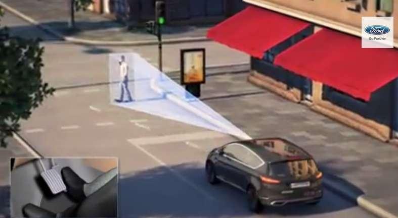 Ford codéveloppe un système d'évitement d'obstacles avec d'autres constructeurs automobiles dans le cadre d'un projet finance par l'Union européenne. Grâce à une combinaison de radars, de capteurs à ultrasons et d'une caméra, le système détecte la présence d'un véhicule arrêté ou circulant au ralenti, ainsi que les piétons jusqu'à 200 mètres de distance. Une alarme prévient alors le conducteur. S'il ne réagit pas, la sécurité active prend la main pour freiner ou changer de trajectoire pour éviter l'obstacle. © Ford