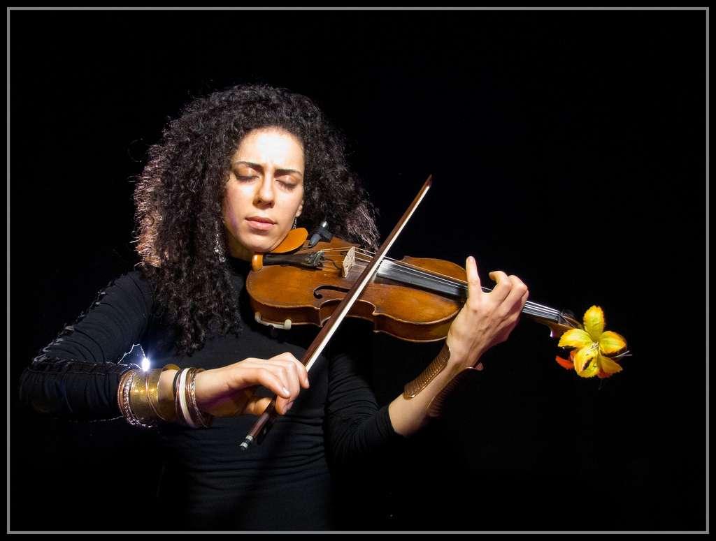 La musique nous envoûte et nous plonge tous dans le même rythme. Mais si c'était de la synchronie qu'était née la musique ? © Flavio, Flickr, cc by 2.0