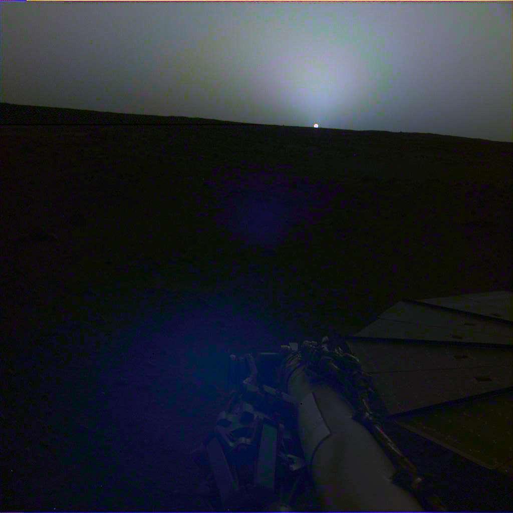 Le coucher de Soleil vu par InSight le 25 avril 2019 (Sol 145) à 18 h 30, heure de Mars (image avec correction des couleurs). © Nasa, JPL-Caltech