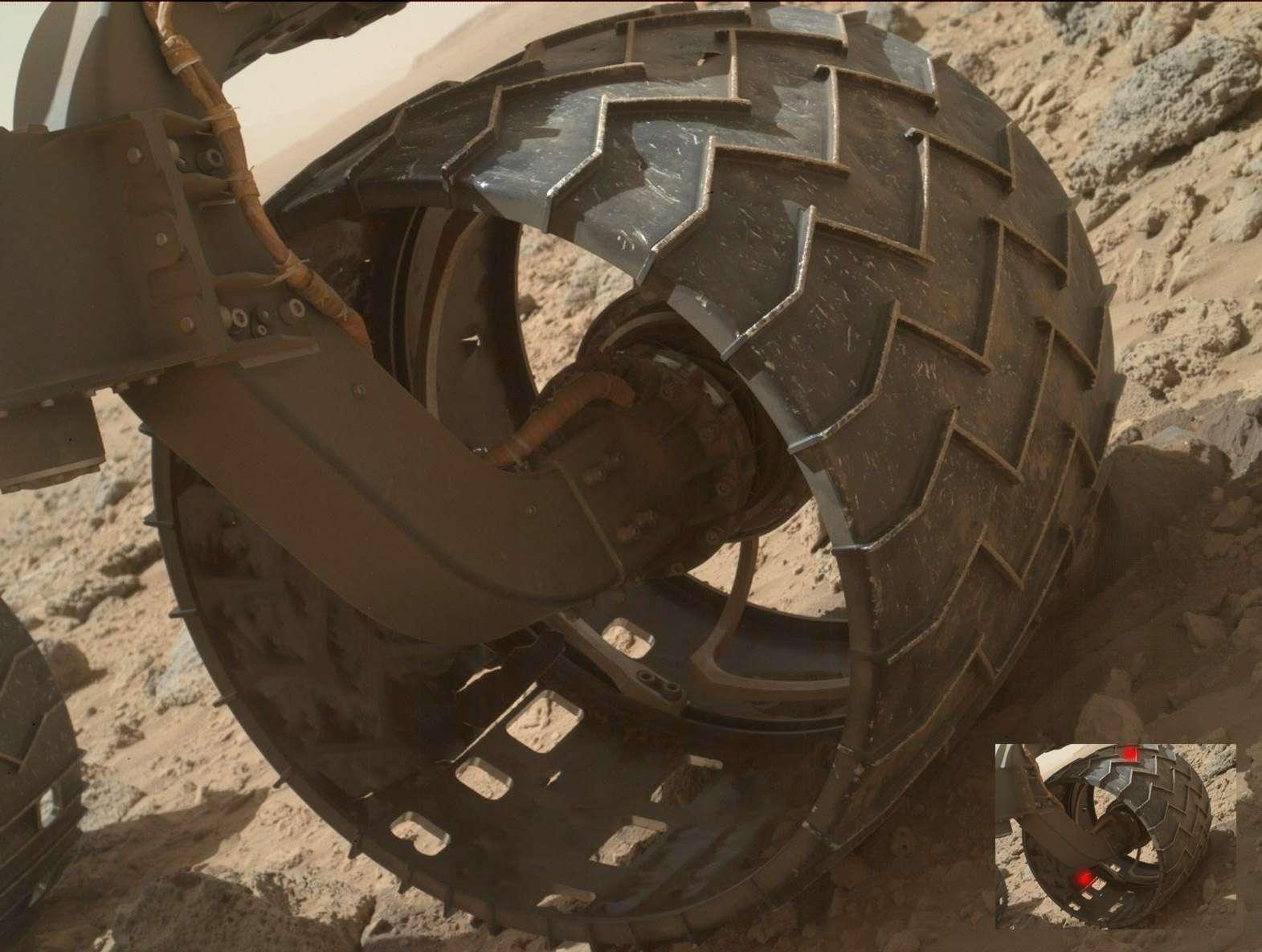 Une des six roues détériorées du rover Curiosity. On aperçoit très clairement deux perforations dont une très significative. © Nasa/JPL
