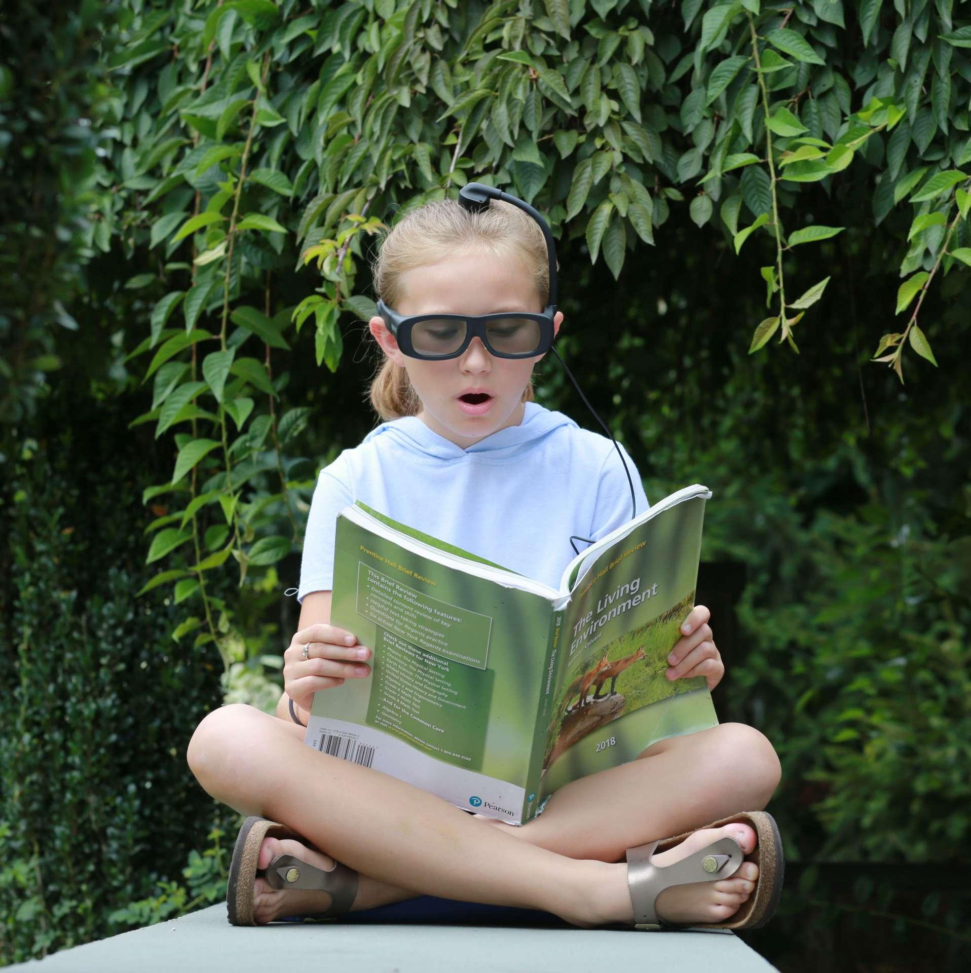 Narbis commercialise une paire de lunettes qui s'assombrissent pour punir son porteur lorsqu'il est distrait. © Courtesy of Narbis