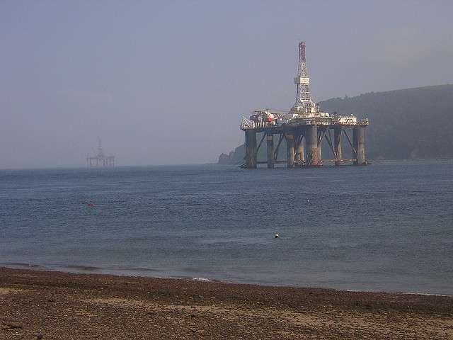 Les plateformes pétrolières sont nombreuses en mer du Nord. Elles sont parfois situées près des côtes écossaises comme ici dans le Cromarty Firth, parfois beaucoup plus au large, comme c'est le cas pour Gannet Alpha. © A3X, Flickr, CC by-sa 2.0