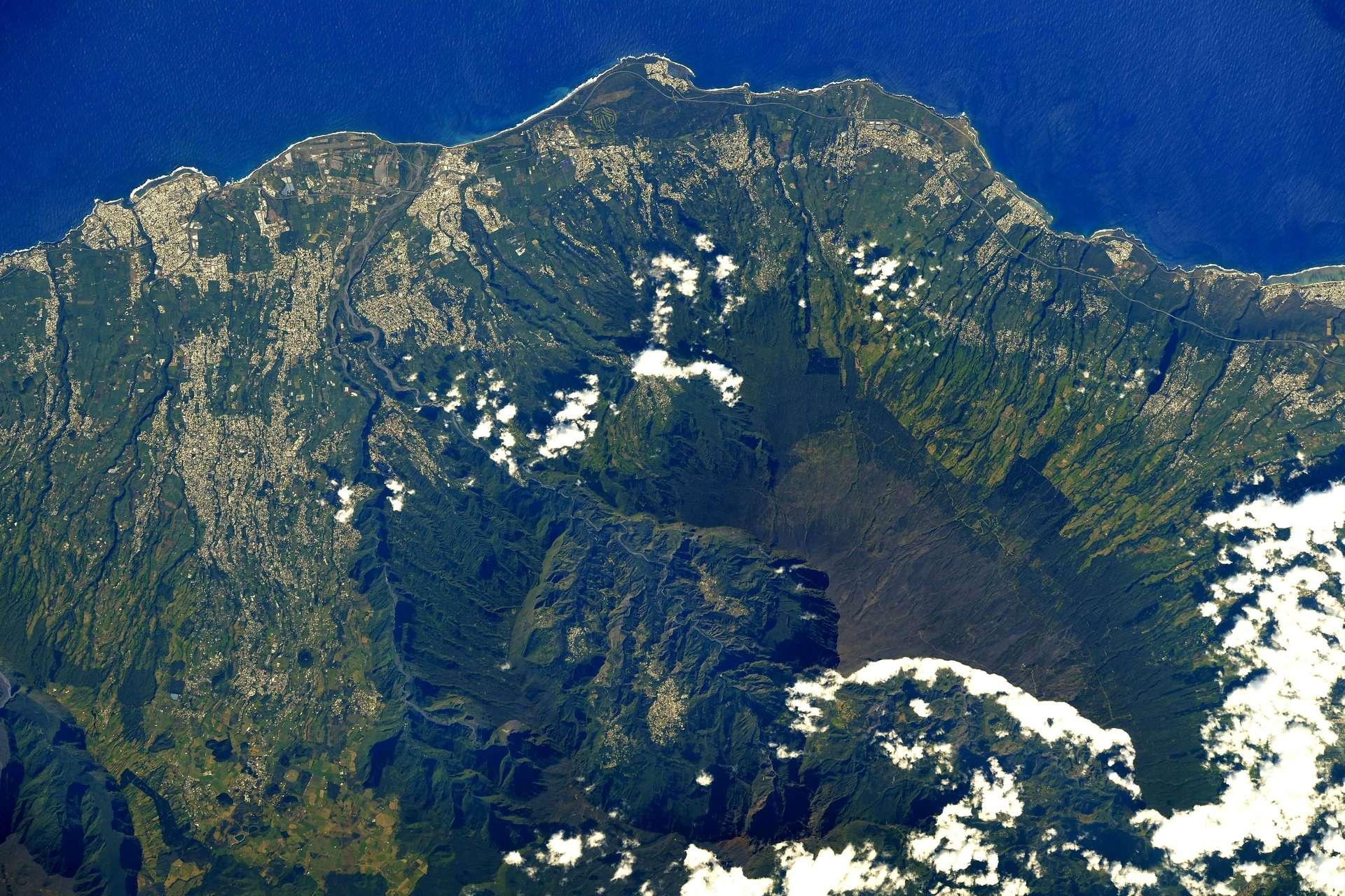 L'astronaute français s'émerveille et publie sur son compte twitter : « Le sud-ouest de la Réunion avec la côte et le cirque de Cilaos. J'ai eu la chance d'y aller une fois – quelle énergie sur cette île, un vrai paradis pour les fans de sport ! » © ESA, Nasa, Thomas Pesquet