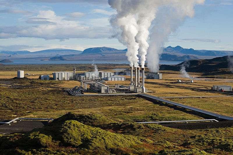 La centrale islandaise de Nesjavellir produit de l'électricité grâce à l'énergie géothermique. © Gretar Ívarsson, Wikimedia Commons, DP