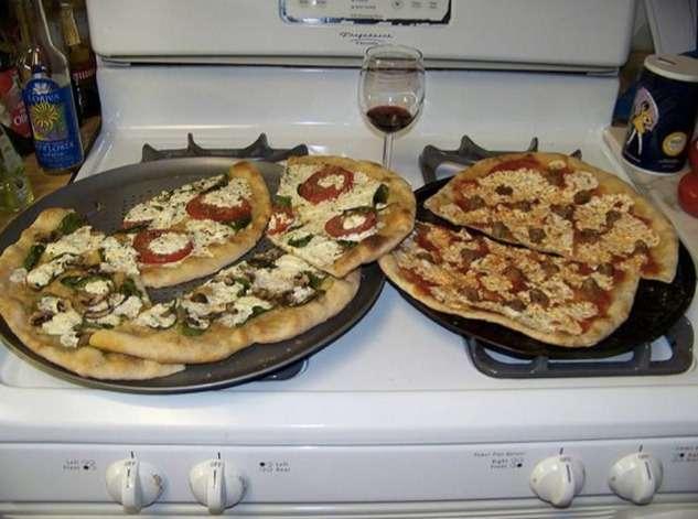 « Deux pizzas posées au-dessus du four de la cuisinière ». Voilà le sous-titre généré automatiquement par le logiciel Google après avoir analysé cette image. Le système combine deux interfaces neuronales, l'une analysant la photo pour en produire une description mathématique ensuite transmise à la seconde qui la traduira sous forme de texte. © Google