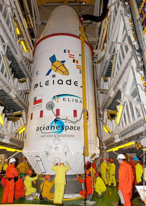 La coiffe du lanceur décorée des couleurs des satellites logés à l'intérieur. © Esa/Cnes/Arianespace-Service Optique CSG