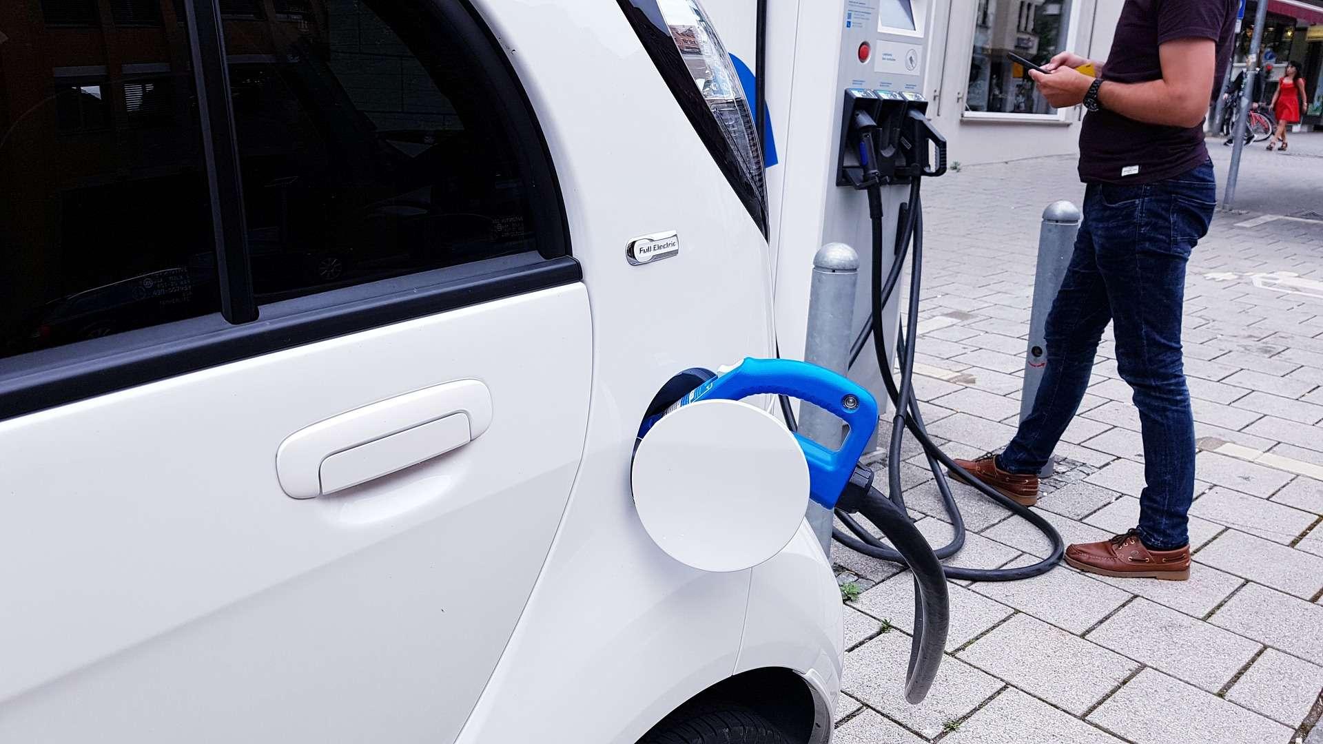 Pour la première fois, les indemnités kilométriques des impôts prennent octroient un avantage à la voiture électrique. © Pixabay