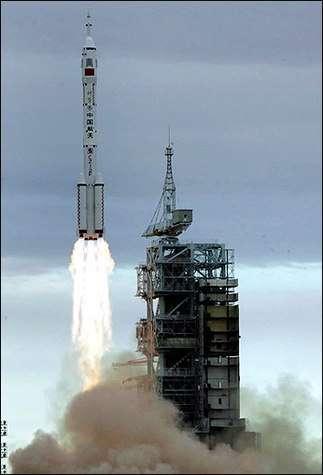 Lancement de Shenzhou VI depuis la base de lancement Jiuquan en Chine