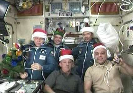 L'Expédition 22 au complet, prête pour fêter Noël à 425 kilomètres au-dessus de la surface de la mer. Au premier plan, de gauche à droite, Jeff Williams (commandant) et Maxim Suraev (ingénieur de vol). Derrière, de gauche à droite, Oleg Kotov, Timothy Creamer et Soichi Noguchi (ingénieurs de vol). © Nasa