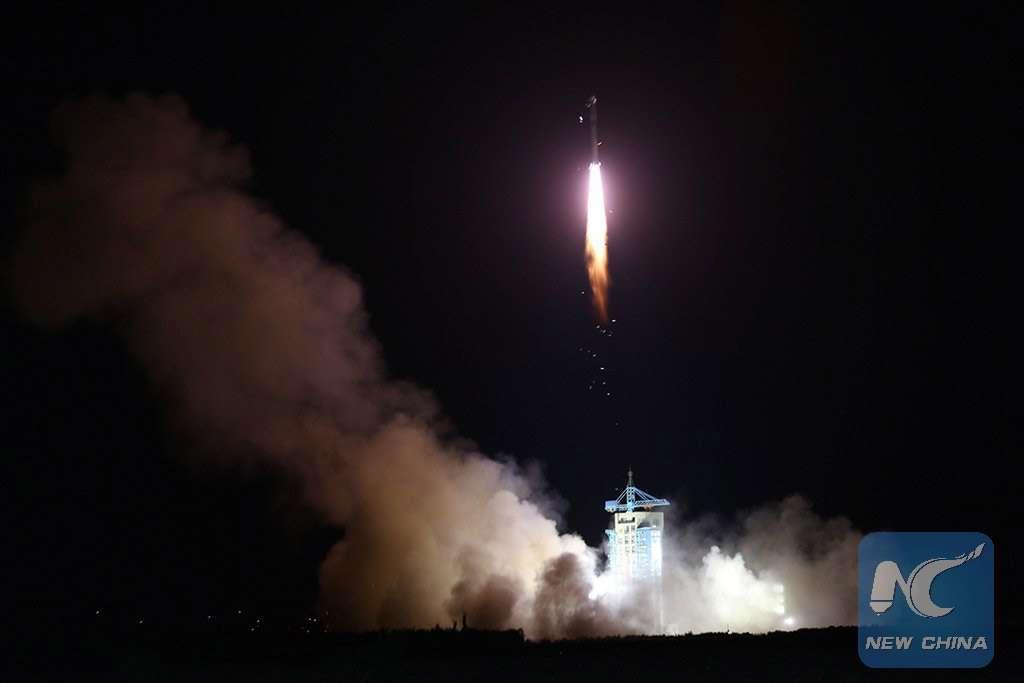 Décollage du lanceur chinois Longue Marche 2D depuis la base de Jiuquan, dans le désert de Gobi, en Chine, avec à bord trois satellites, dont Quess, le satellite « quantique ». © Xinhua