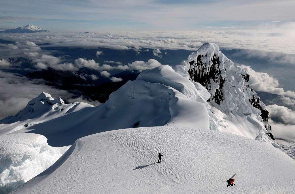 Le glacier Antizana 15 (en photo ici), en Équateur comme le glacier Zongo, accroché sur un flanc du Huayna Potosi en Bolivie sont 2 glaciers tropicaux étudiés par le laboratoire mixte international Great-ice. Un vaste réseau de réseau d'observation des glaciers alliant mesures des variations annuelles des volumes glaciaires et mesures météorologiques a été mis en place. En parallèle des opérations de carottage sur des sites de haute altitude, favorables à la conservation de glace ancienne sont effectuées. Après analyse, ces carottes renseignent sur les climats du passé (paléoclimat). © Bernard Francou