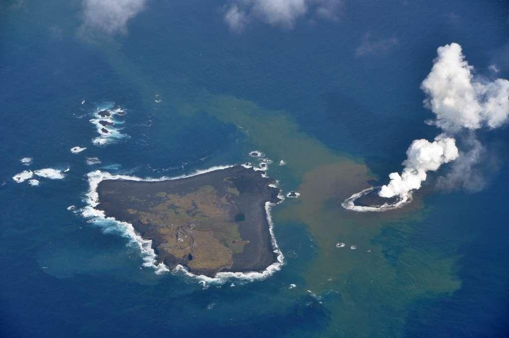 La nouvelle île volcanique nippone est apparue au large de l'île Nishino (à gauche sur l'image), dans l'archipel d'Ogasawara. © Japanese Cost Guard