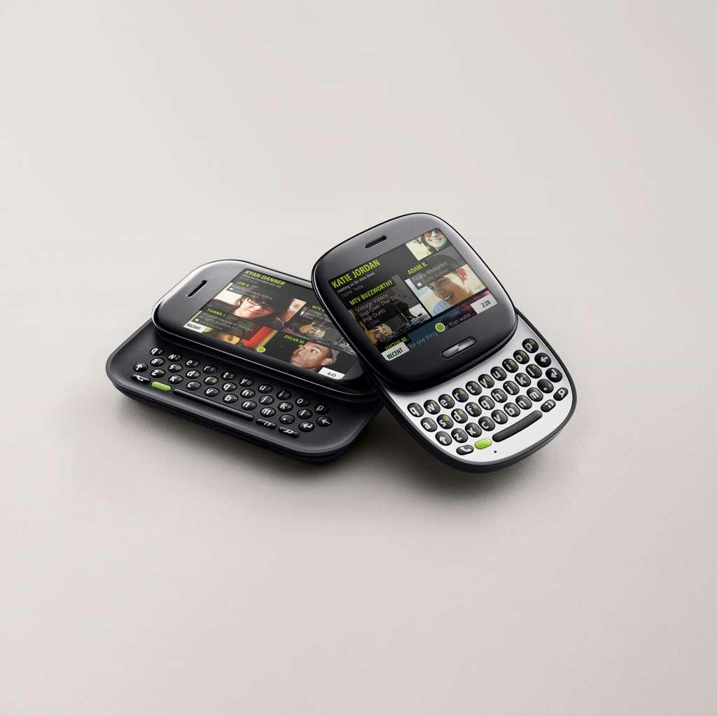 Le Kin One (à droite) et le Two (à gauche), conçus par Microsoft, l'opérateur Verizon Wireless et le constructeur japonais Sharp. En faisant coulisser l'envers et l'endroit, on découvre un vrai clavier. Les Kin utilisent une version allégée du futur Windows Phone 7 et ne peuvent pas télécharger des applications. © Microsoft