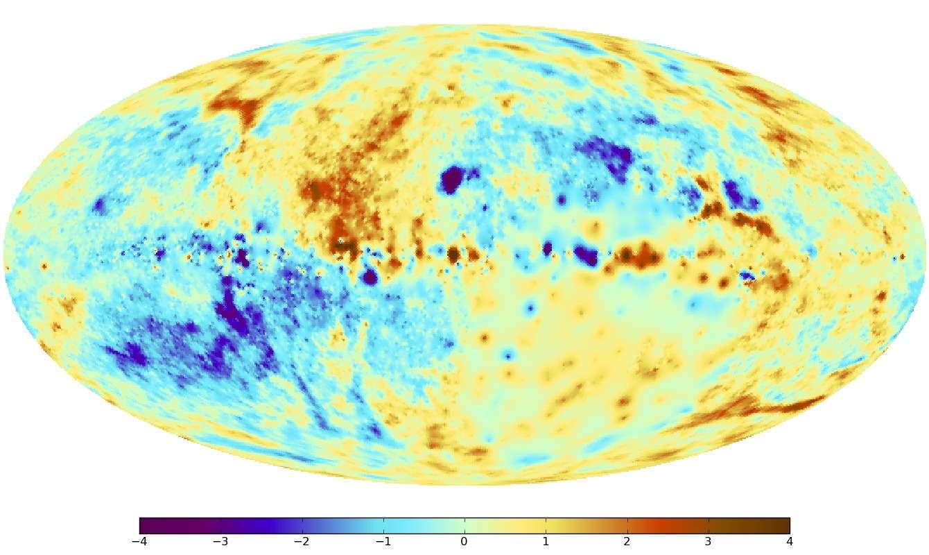 Pour mieux mettre en relief les structures dans le champ magnétique galactique, l'effet du disque galactique a été enlevé de sorte que les plus faibles caractéristiques du champ magnétique de la Voie lactée, au-dessus et en dessous du disque galactique, sont plus clairement visibles. On voit que les directions du champ magnétique semblent bien être à l'opposé de part et d'autre du disque. Un changement analogue de la direction s'observe également entre les côtés gauche et droit de l'image, de part et d'autre du centre de la Voie lactée. Un scénario particulier de dynamo galactique prédit de telles structures symétriques avec des champs magnétiques qui sont alignés parallèlement au plan du disque galactique dans une configuration circulaire ou en spirale. En plus de ces structures à grande échelle, plusieurs petites structures sont apparentes. Celles-ci sont associées à de la turbulence dans le milieu interstellaire. On peut faire une analyse spectrale de ces remous turbulents et le spectre obtenu peut être directement comparé avec celui des simulations sur ordinateur de la dynamique des gaz turbulents et du champ magnétique dans notre galaxie. Cela va permettre de faire des tests détaillés des modèles de dynamo galactique. © Max Planck Institute for Astrophysics