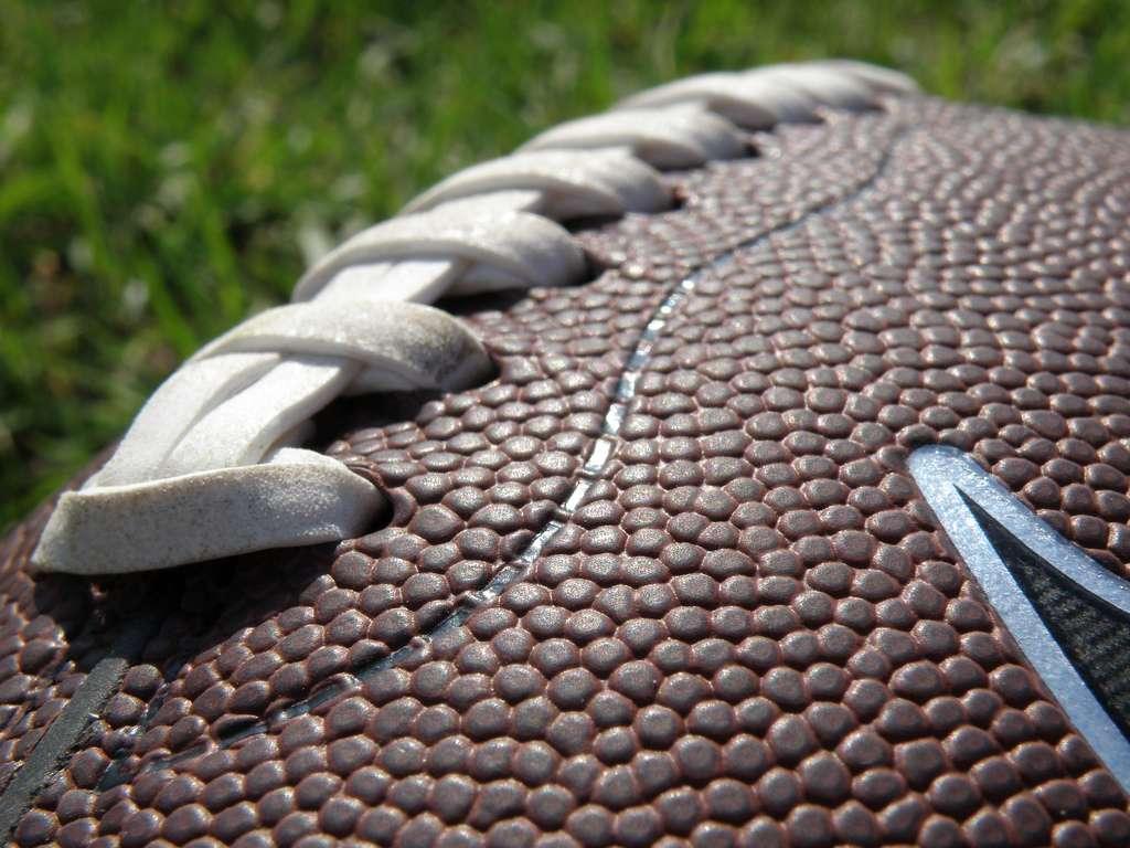 Le ballon de football américain, cet autre ballon ovale... Mais avec des coutures. Bien que l'on sache que le football, tel qu'on le pratique en Europe, est mauvais pour le cerveau à force de donner des coups de tête dans le ballon, le cousin pratiqué outre-Atlantique serait encore plus ravageur. © RonAlmog, Flickr, cc by 2.0