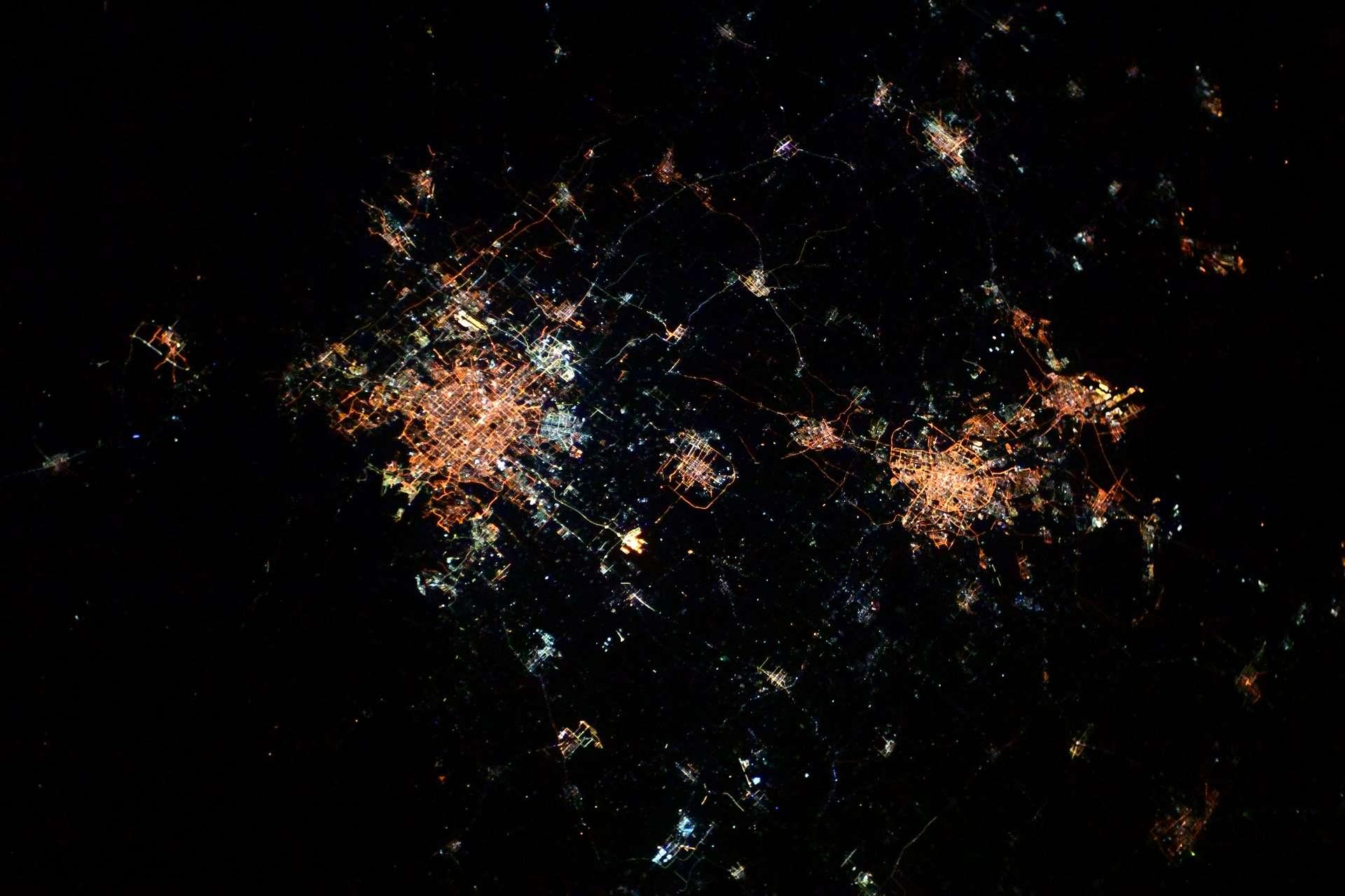 Voici les villes Beijing (Pékin) et Tianjin, très visibles de nuit, photographiées par Thomas Pesquet, en 2021. © ESA/Nasa–Thomas Pesquet