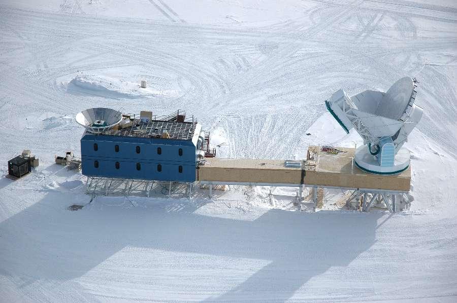 L'instrument Bicep (Background Imaging of Cosmic Extragalactic Polarization) à gauche (bâtiment bleu) et le South Pole Telescope à droite, sont installés en Antarctique, une région présentant plusieurs avantages. L'altitude est élevée et l'atmosphère est stable. L'air très sec convient bien aux observations en micro-ondes (la vapeur d'eau y introduit des parasites), à tel point que ces instruments rivalisent dans certains domaines avec ceux installés dans l'espace. © Glenn Grant, National Science Foundation, US Antarctic Program
