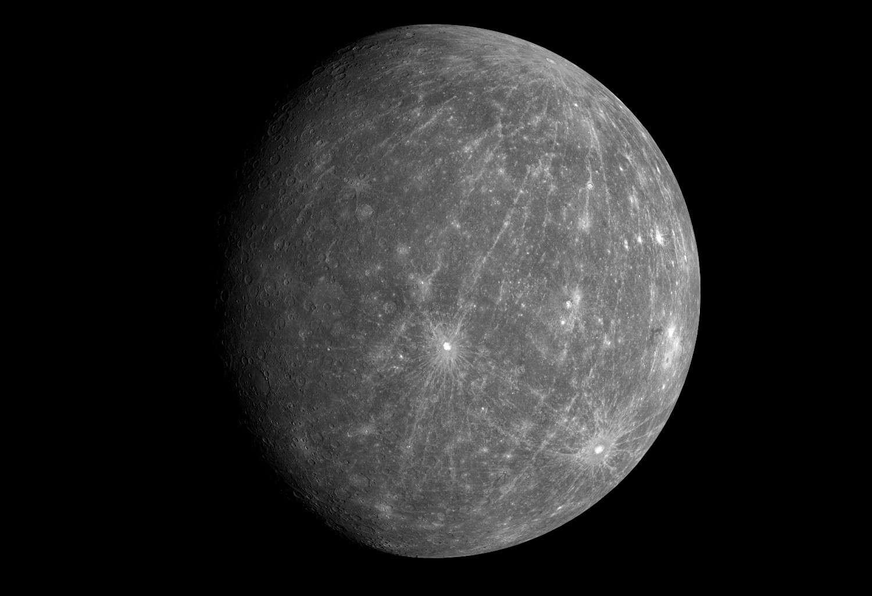 Mercure est la planète la plus proche du Soleil. La surface de Mercure comporte de nombreux cratères. © Nasa