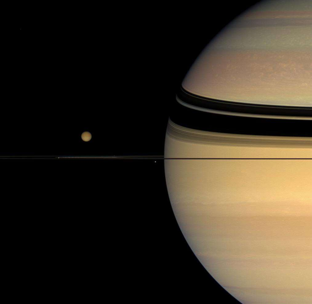 Titan et Saturne. Cette mosaïque a été réalisée à partir de plusieurs images acquises par Cassini en octobre 2007 depuis une distance de 1,5 million de km (Saturne) et 2,7 millions de km (Titan). Crédits Nasa/JPL/Space Science Institute