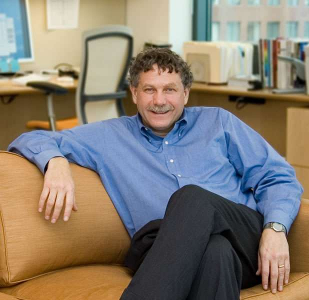 Mathématicien américain né en 1957, Eric Lander a basculé dans la génétique au MIT parce qu'il voulait comprendre les neurones. Il est l'un des lauréats en 2013 du Breakthrough Prize in Life Sciences. © Maria Nemchuk, Broad Institute of MIT and Harvard