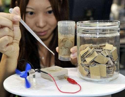 En déposant sur l'anode le liquide sucré provenant des morceaux de carton, des enzymes vont entraîner la décomposition du sucre, ce qui a pour effet de produire de l'énergie. © AFP / Yoshikazu Tsuno