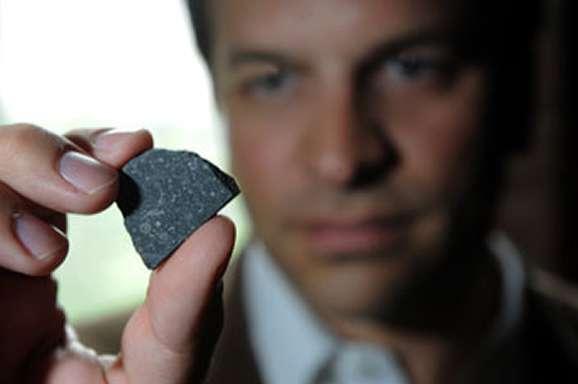 Dans la main de Philipp R. Heck, un échantillon de la célèbre météorite d'Allende, semblable à celle de Murchison. Crédit : Dan Dry
