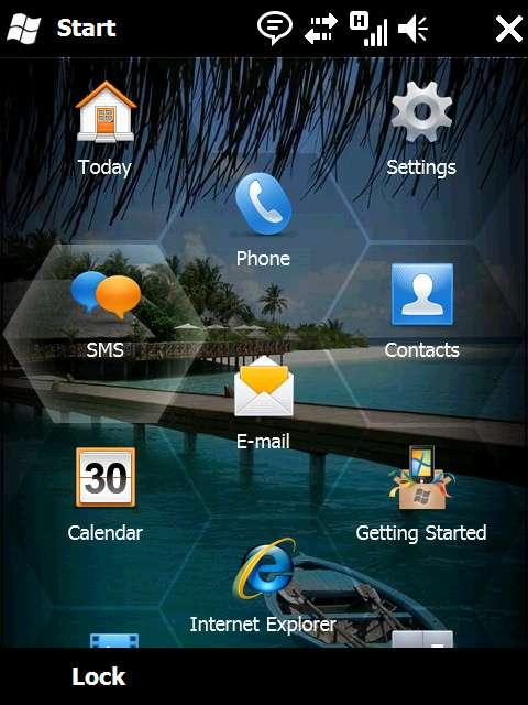 Windows Mobile 6.5 n'utilise plus le stylet, trop peu pratique, mais les doigts. Les zones cliquables sont de forme hexagonale et leurs fonctions peuvent être modifiées. © DR