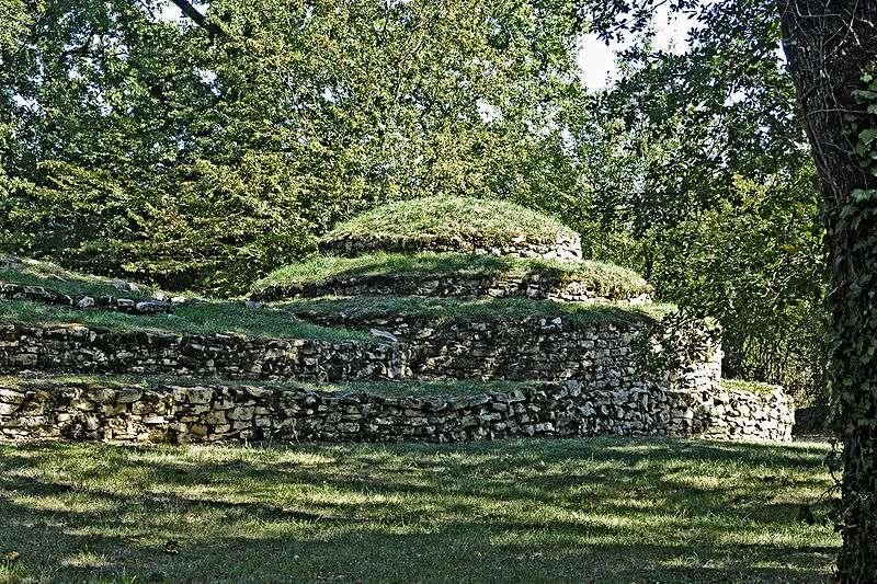 En France, les cinq tumuli de Bougon ont été construits entre 4.300 et 3.000 avant J.-C. © Joachim Jahnke, Wikimedia commons, cc by sa 3.0