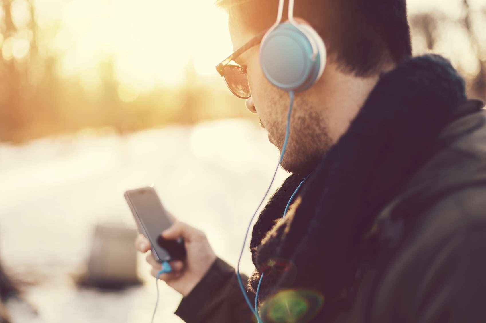 « Un jeune sur deux écoute des sons à des niveaux nuisibles en utilisant son appareil audio personnel », et risque à terme de souffrir de pertes auditives, selon l'OMS. © Martin Dimitrov/Istock.com