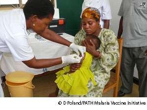 Un vaccin contre le paludisme est testé cliniquement et devrait voir le jour en 2012. © D. Poland/PATH Malaria Vaccine Initiative